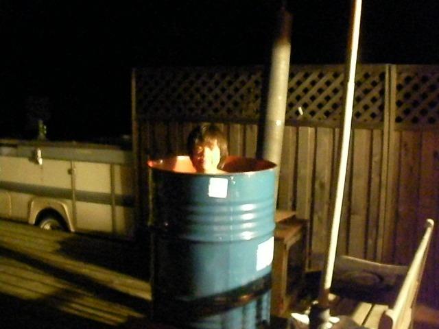 薪で沸かすドラム缶風呂 考えていたように上手く焚けました ドラム缶自体には何も手を加えていない.